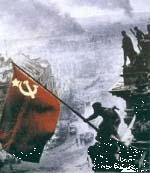 1945: Rotarmist hisst Sowjetfahne auf dem Reichstag.