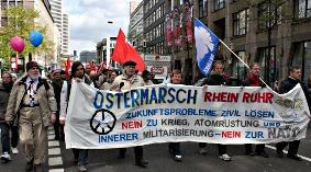 Ostermarschdemonstration mit Fahnen und Transparent: »Ostermarsch Rhein Ruhr…«.