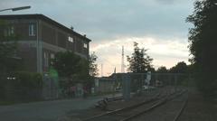 Gebäude. Im Vordergrund Schienen.