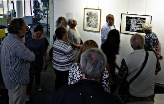 Klaus Stein und eine Gruppe der Düsseldorfer VVN am 28. September bei einer Ausstellungsführung.