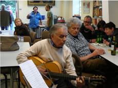 Portugiesischer Immigrant mit Gitarre.