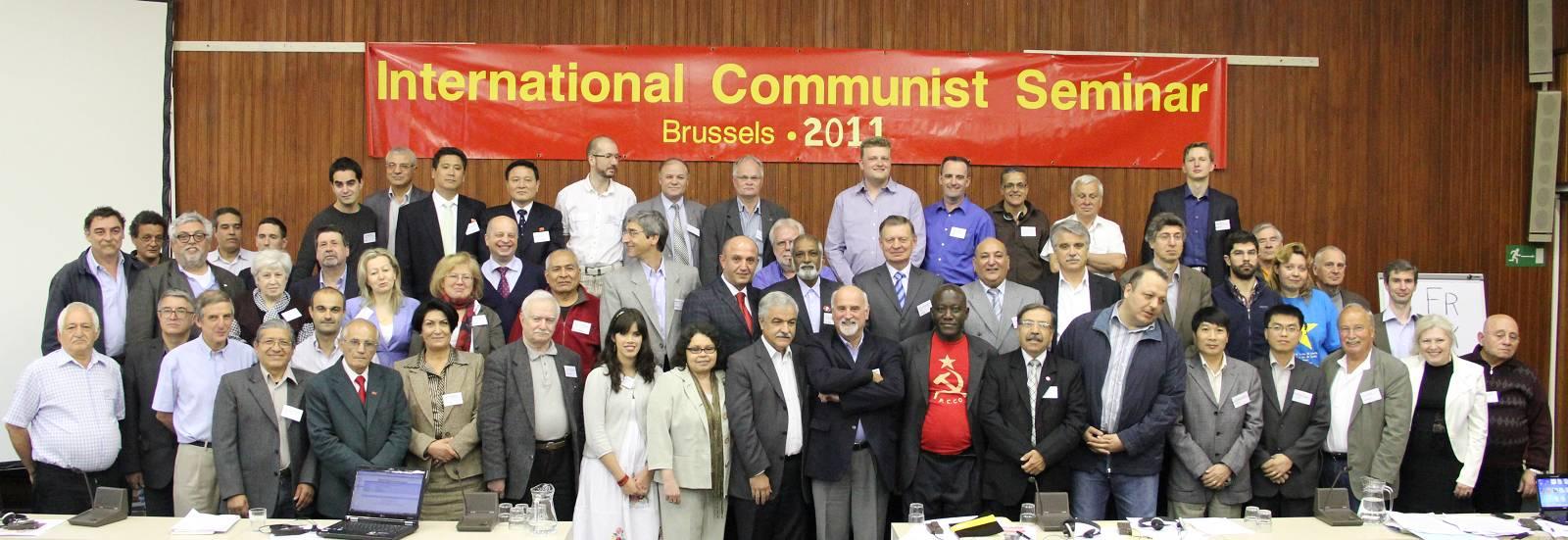 Gruppenfoto vor Transparent: »International Communist Seminar Brussels 2011«.