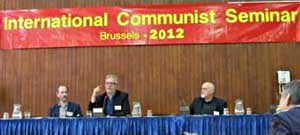 Rednertribüne mit Transparent: »International Communist Seminar Brussels 2012«.