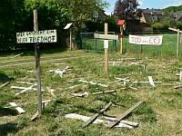 Kreuze als Protest gegen CO-Leitung.