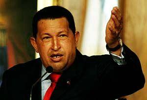 Hugo Chavez mit vorwärts weisender Handbewegung.