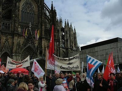Kundgebung auf dem Roncalliplatz, im Hintergrund der Dom.
