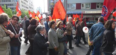 1. Mai Demo. Menschen mit roten Fahnen.