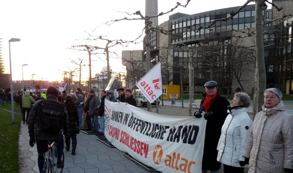Demonstranten mit Fahnen und Transparenten vor dem Landtag in Düsseldorf.