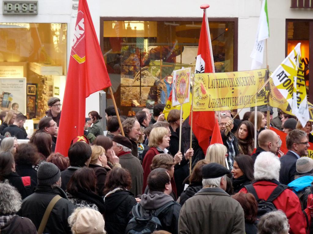 Demo mit DKP-Fahne und Transparenten.